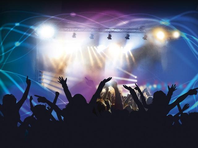 Publik som ser på musik